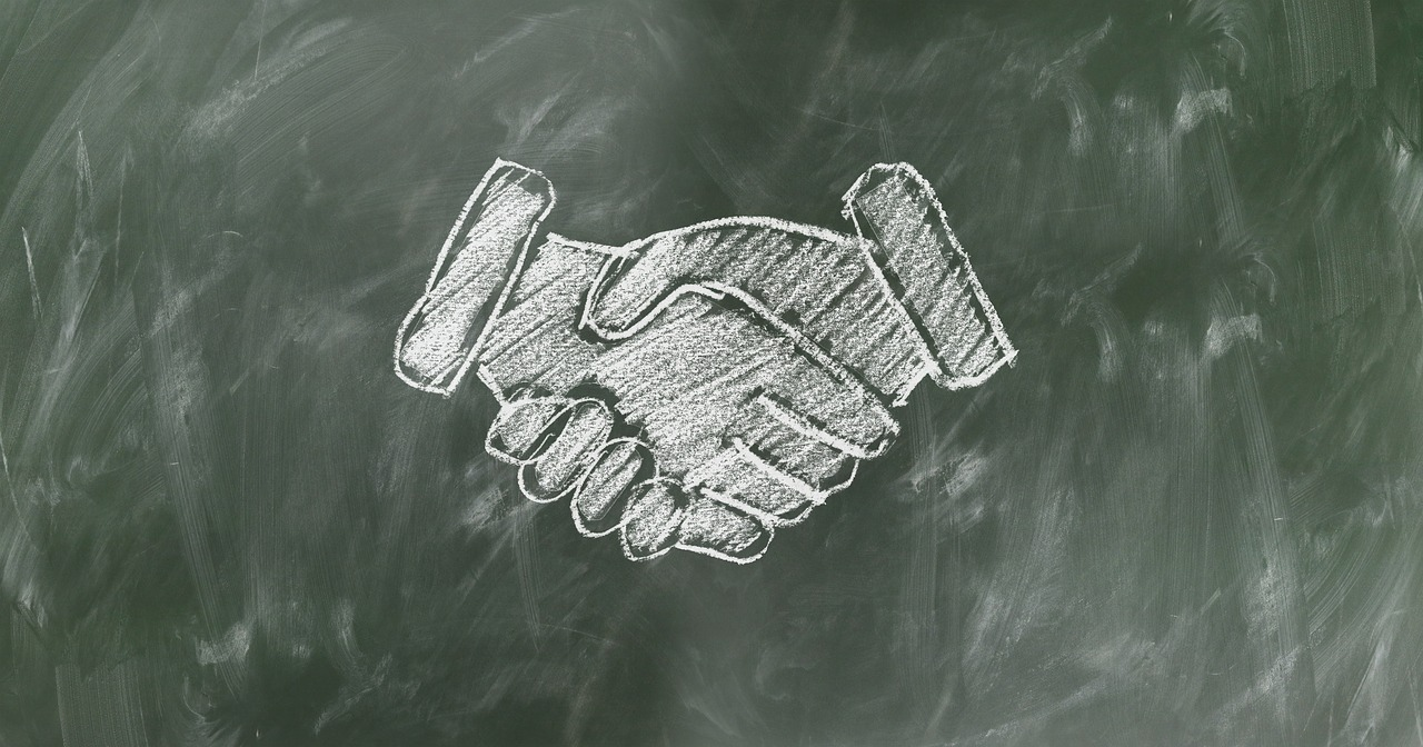 黒板に描かれた握手